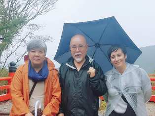 Rika Saruhashi, Inamoto Hyakuten e Irene García, en el Monte Kurama, cuna del Reiki, zona Kioto de Japón